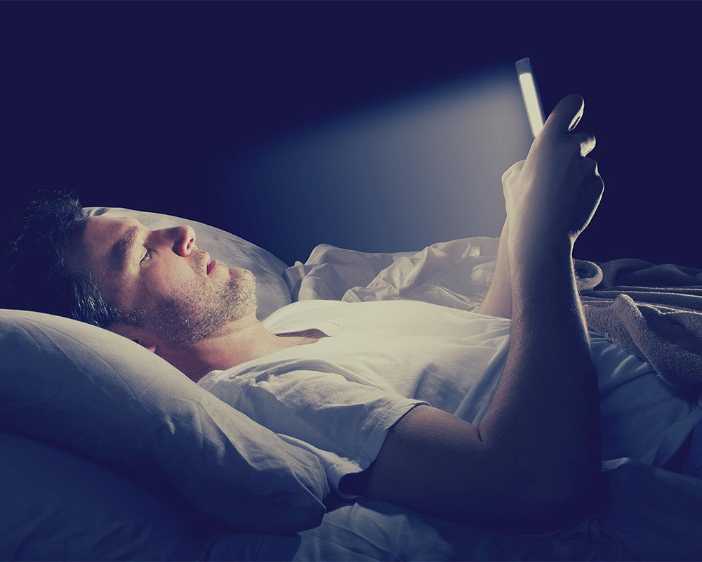 smartphones-screen-brightness-at-night-can-damage-your-brain